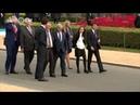 На саммите НАТО шатающийся при ходьбе Юнкер едва не упал на Порошенко