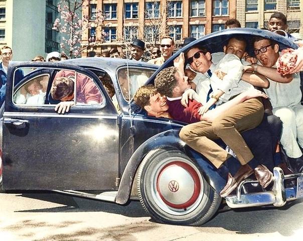 Студенты пытаются выяснить сколько человек может поместиться в Volswagen жук.