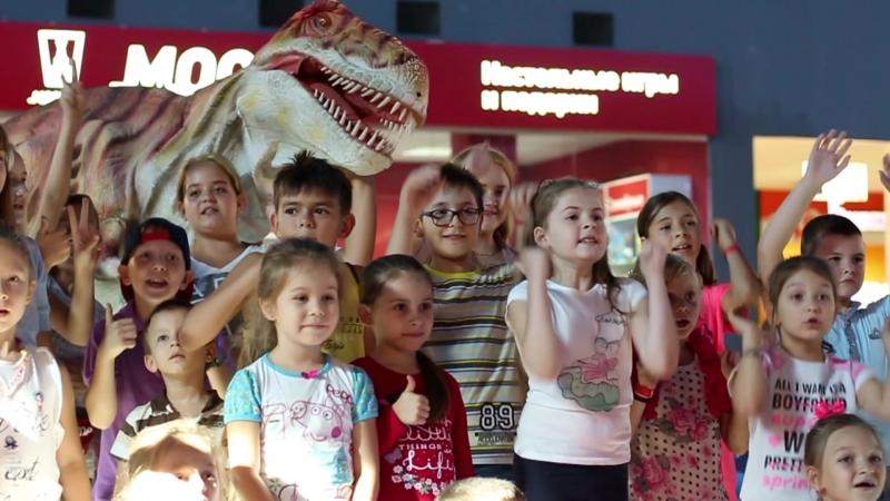 Мир юрского периода Шоу с гигантским динозавром