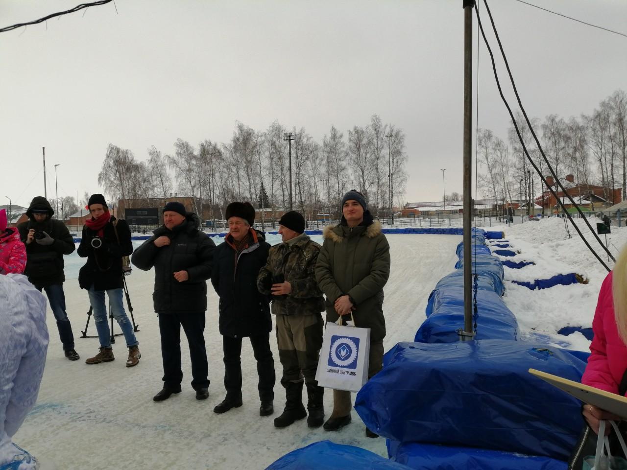 Вручение подарков победителям колективом Шинного центра МВБ.