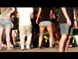 Девушка танцует twerk в мини-шортиках