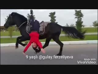 9-летняя девочка и конь