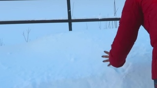 American girl touch the snow^^(Девушка из америки трогает снег)