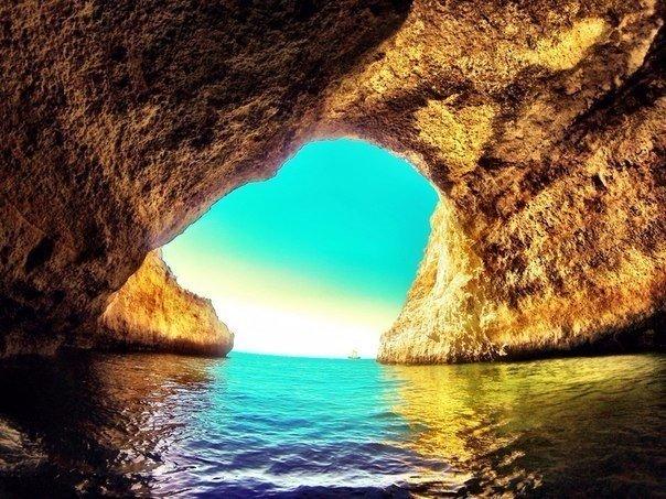 Пещера рядом с пляжем Benagil в Алгарве, Португалия