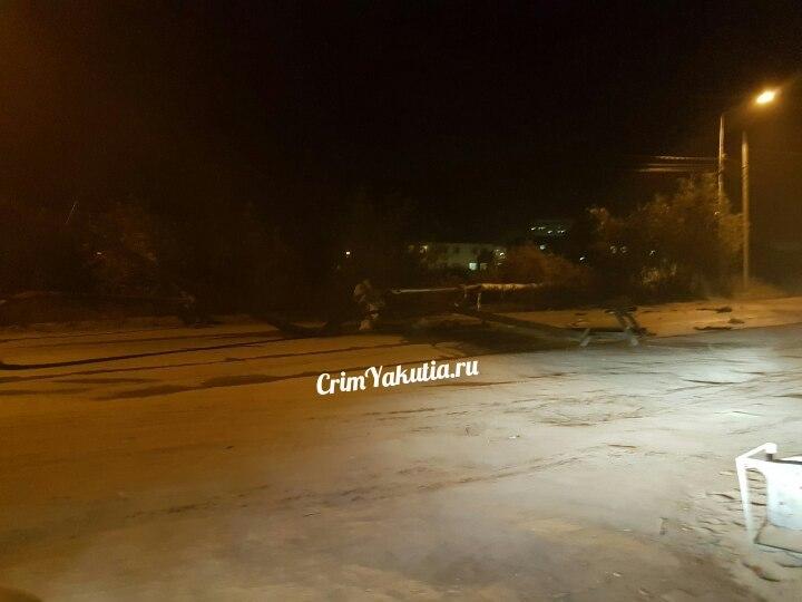 В Якутске КамАЗ снес компенсатор и скрылся