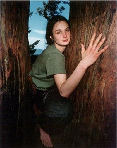 Девушка прожила два года на дереве, чтобы защитить его.