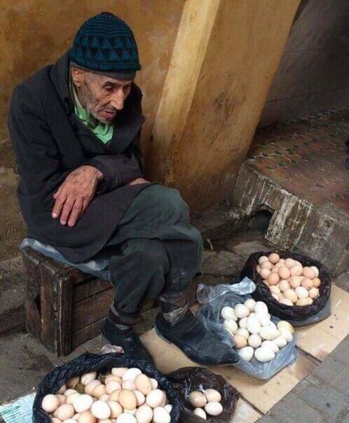 Она спросила его: - По сколько ты продаешь яйца Старый продавец ответил: - 5 рублей за яйцо. Она сказала ему: - Я возьму 6 яиц за 25 рублей или я уйду! Старый продавец ответил: - Хорошо,