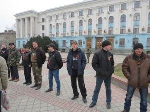 Дружинники «Крымского фронта» дежурят у Совета министров Республики (ФОТО)