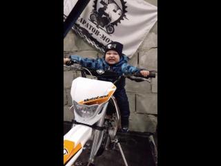 """Мотоцикл несётся: """"Тор-р-р-р!"""" Впереди большой затор. Не беда! У мотоцикла Есть и ловкость и задор! Он налево, он направо, Он сл"""