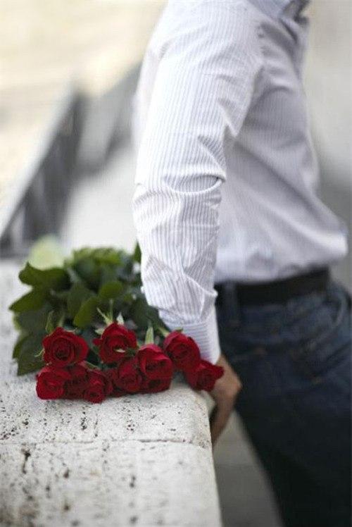 Фото он с цветами ждет ее