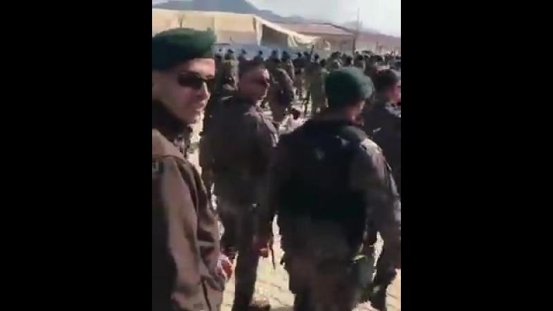 Турецкие воины муджахиды идут на Намаз.