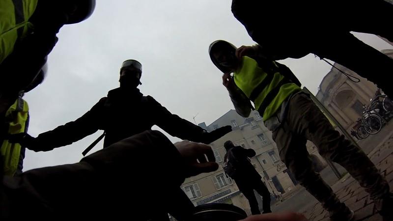 (1) La Rochelle un photojournaliste reçoit un tir de flashball pendant la manif des gilets jaunes - YouTube