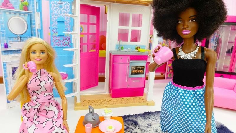 Barbie e Kara têm café da manhã. Barbie em Português