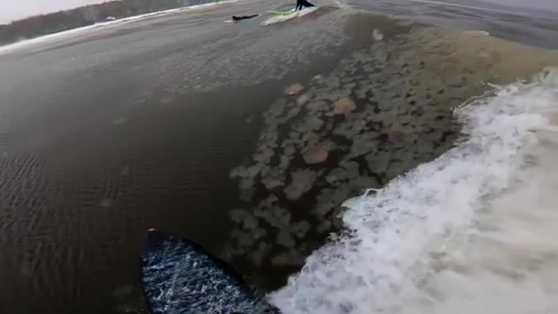 Петербургские серферы прокатились на волнах наполовину замерзшего Финского залива