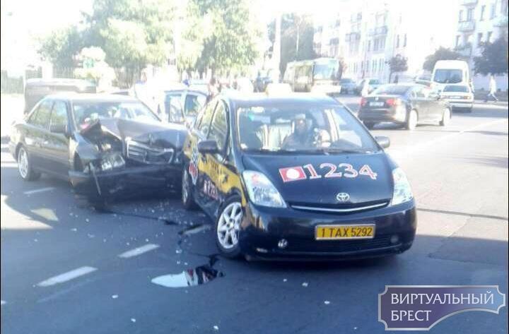 На перекрёстке Гоголя-Ленина произошло ДТП с участием автомобиля такси