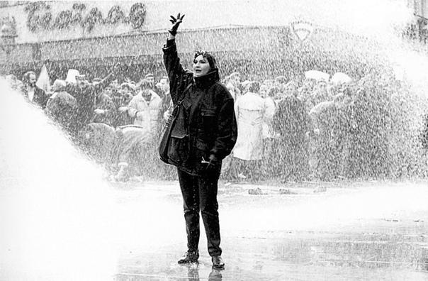 Первое массовое выступление против Милошeвича. Люди против водомeтов. 1991 г.
