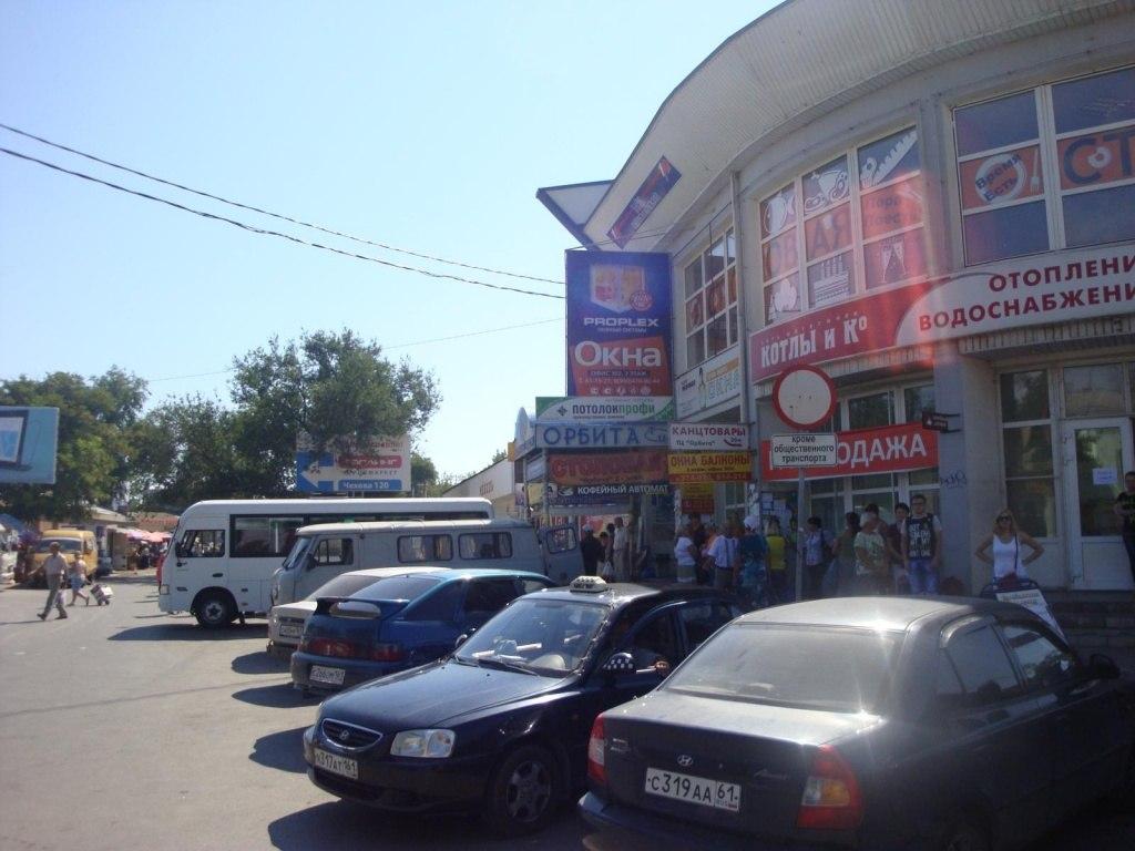 В Таганроге женщина-водитель на «Мазде» врезалась в стену магазина «Пятерочка», придавив двух пенсионеров