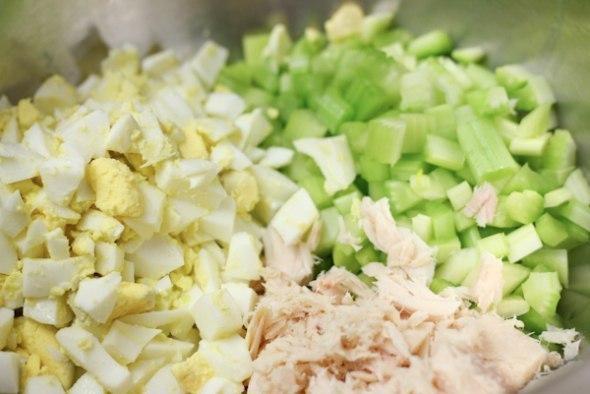 Салат с тунцом, сельдереем и яйцом Ингредиенты: Макароны (спиральки) – 400-450 г Тунец (консервы) – 140 г Сельдерей – 4 стебля 4 яйца, сваренных вкрутую Майонез – 2/3 стакана Лимон Соль, перец Приготовление: Отварите пасту в соответствии с инструкциями на упаковке, полностью остудите и охладите. Охлажденный тунец смешайте с тонко нарезанным сельдереем и яйцами в большой миске. Посолите по вкусу. Добавьте пасту и майонез, тщательно перемешайте. Дополнительно посолите и поперчите, выжмите сок 1…