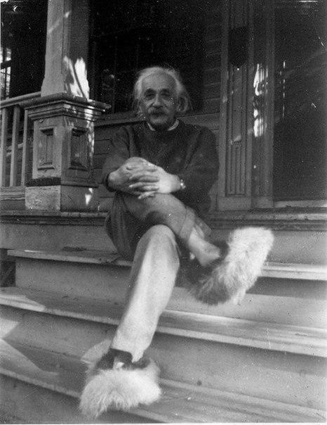 Альберт Эйнштейн в мохнатых тапочках
