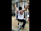 Изоляционное упражнение на широчайшие мышцы спины (визуализация V - образной фигуры) - тяга блоков к груди в тренажере.