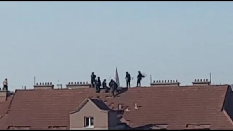 Polizei auf dem Dach