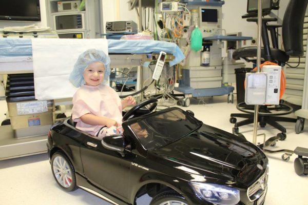 В детской больнице заменили каталки на игрушечные машины
