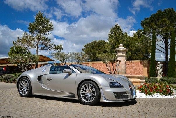 Bugatti Veyron 16.4 Grand Sport Vitesse. Двигатель - бензиновый W16 (7993 см³) Мощность - 1200 л.с. 6400 об/мин. Макс. крутящий момент - 1500 Н/м 3000-5000 об/мин. Коробка передач - роботизированная (7 ступеней) Привод - полный Разгон до сотни - 2,6 секунды Максимальная скорость - 410 км/ч Расход топлива (л/100 км) город / трасса / смешанный 37,2 / 14,9 / 23,1