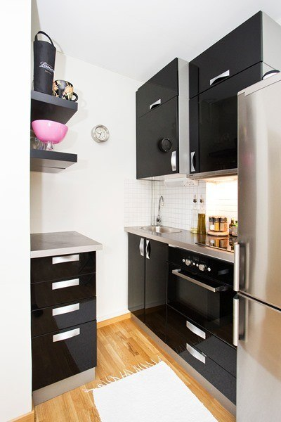 Студия прямоугольной планировки 20 м с нетиповым вариантом размещения кухни в отведенной под нее нише.