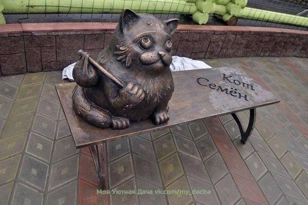 В Мурманске стоит памятник коту Семёну.
