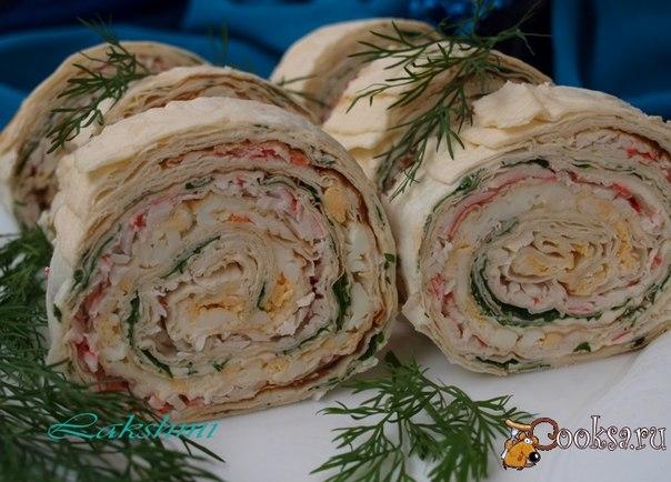 Рулеты из лаваша - очень распространённая закуска для праздничного стола.Начинки могут быть самыми разнообразными и одна из них это крабовые палочки с зеленью,яйцами и сыром.Готовится такая закуска быстро,а смотрится эффектно.