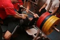 Тренировка - это выполнение упражнения для усовершенствования навыков, умений.  Тренировка жима лежа заключается в...