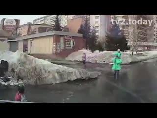 Будни ада - весна в томске. в луже на дороге оказалась глубокая яма, в которую провалился
