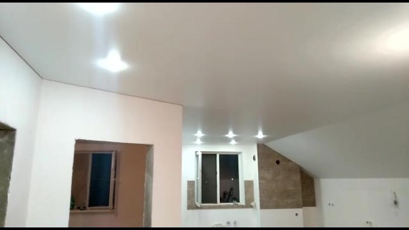 Мансарда. Матовый белый потолок