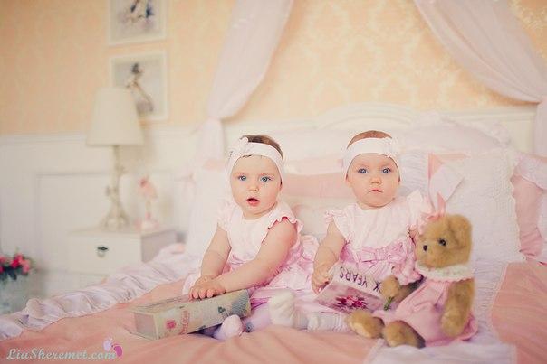 Сразу две улыбки маме,  Две заботы жизнь дала,  Две судьбы, двойной экзамен,  Две надежды, два крыла.   Два сердечка бьются вместе,  Радость к нам пришла вдвойне.  Танца два, двойные песни.  И не быть здесь тишине!   Солнца два для мамы светят,  Берегут два ангела.  Счастье есть и это - дети,  А для мамы счастья два!!!