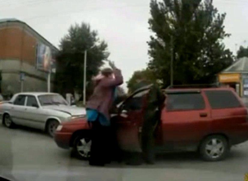 В Таганроге разъяренная из-за разбитой машины женщина напала на участника ДТП, фото-1