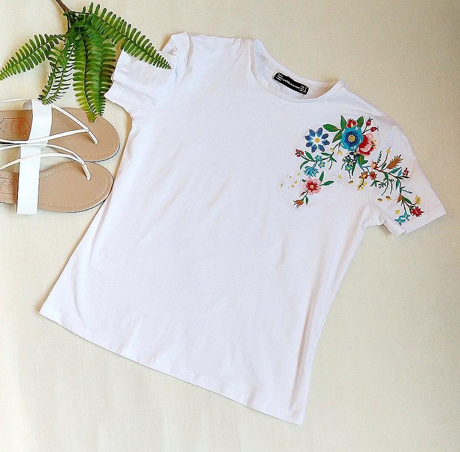 Очень милая футболка кипенно-белого цвета