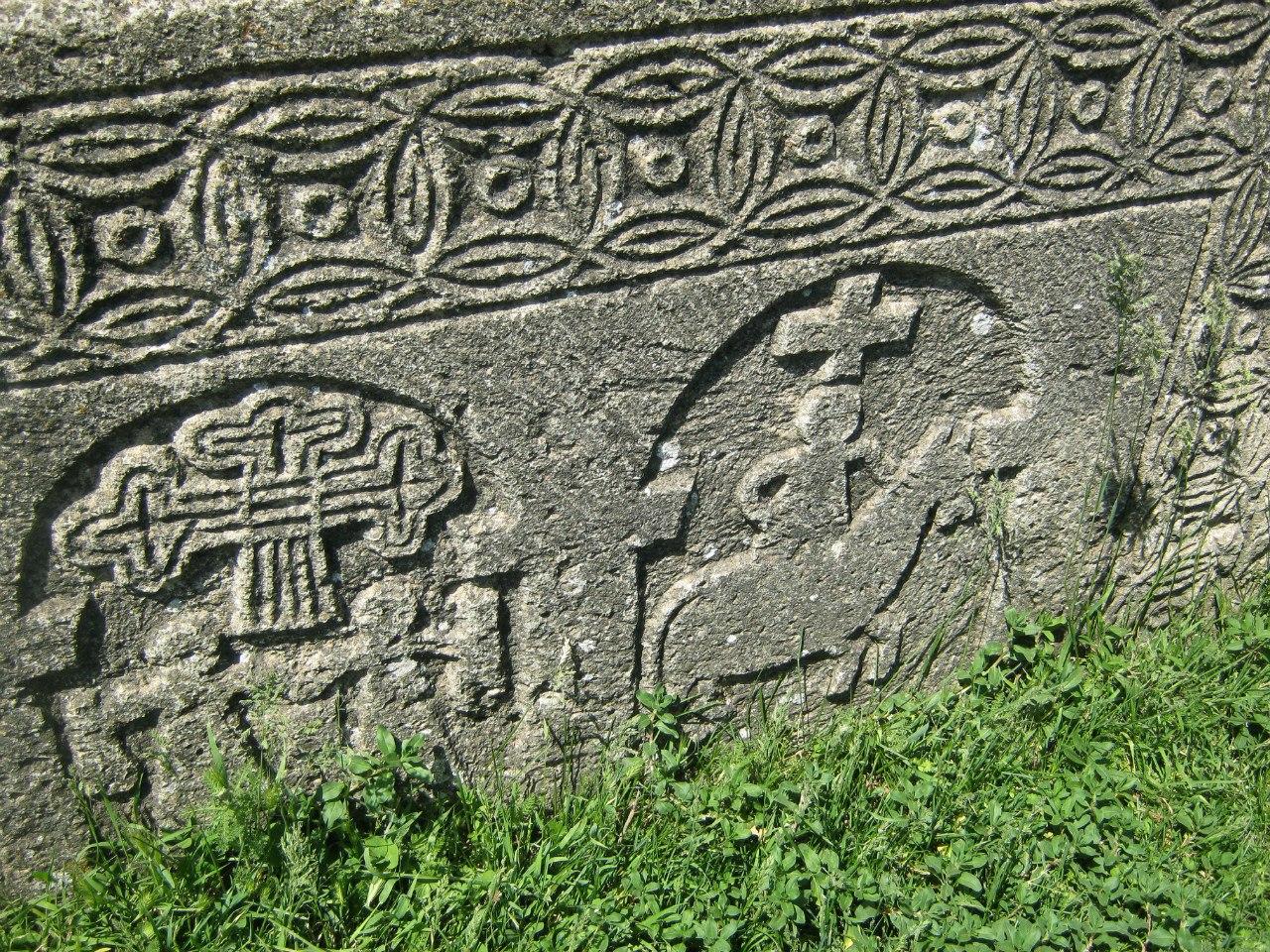 интересные надгробные камни на кладбище в Тек (Тех)