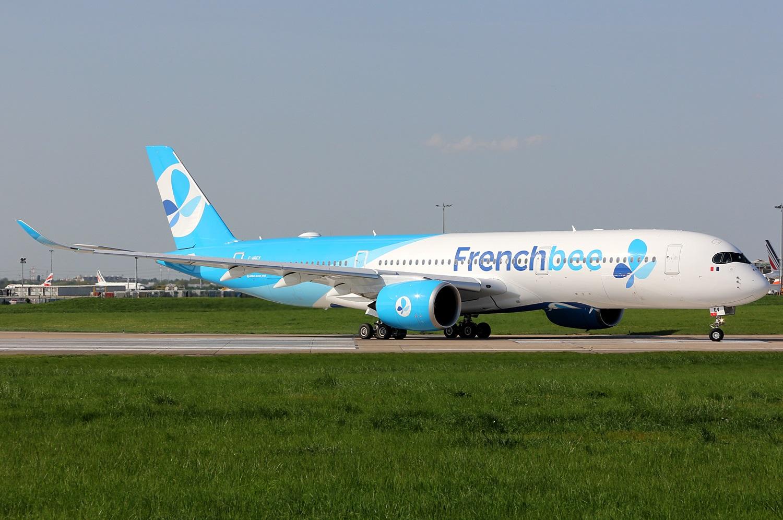 Airbus A320 в новой ливрее в аэропорту