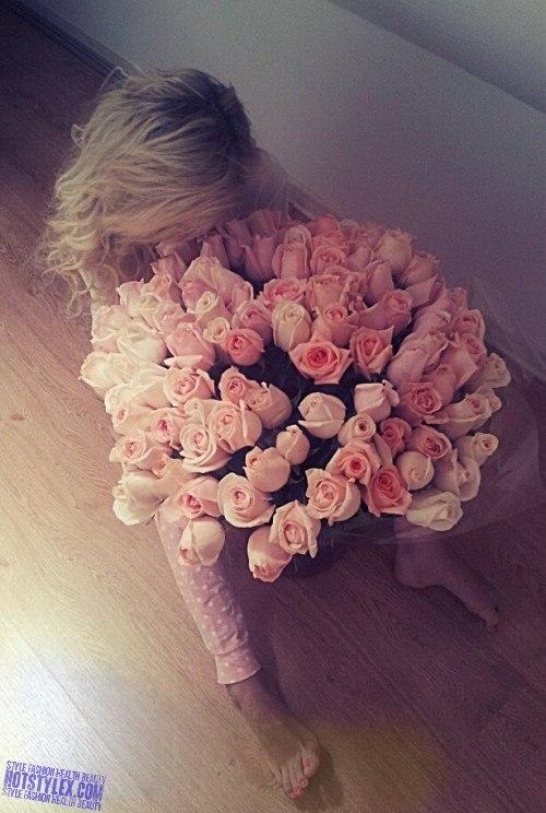 блондинки фото сзади с цветами
