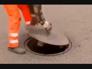 Что делают немцы, если люк на дороге просел