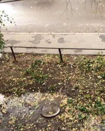 Repost @ oleeegk ・・・ Рязань, ул. МОГЭС д.5, четвёртый день во дворе бьет рудник, два дня назад водоканал подъехал, посмотрел и