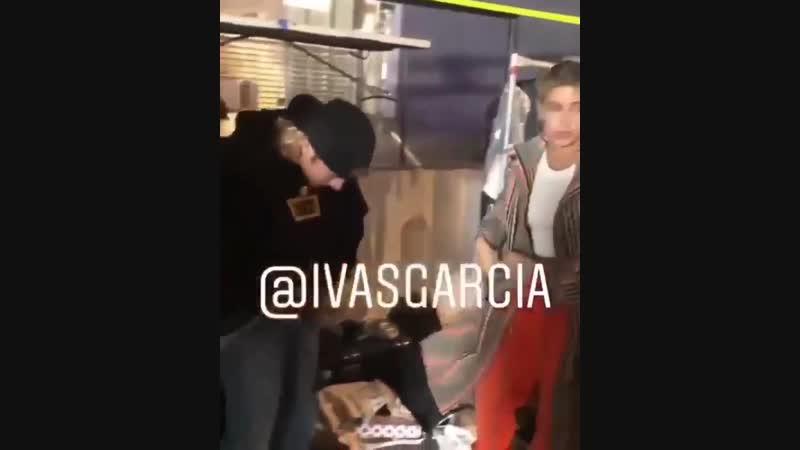 Новоестарое видео Джастина и Хейли Бибер за кулисами на Kith fashion show в Бруклине, Нью-Йорк. (6 сентября 2018)