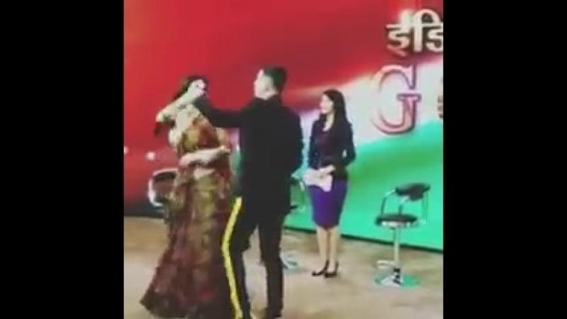 Акшай Кумар и Муни Рой продвигают Gold в студии телевидения Индии в Нойде