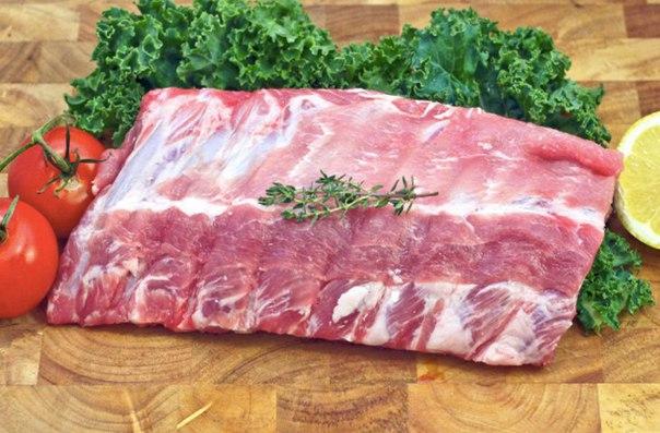 свиные ребра: как выбрать, замариновать и приготовить выделяют свиные ребра двух видов: первый вырезают со стороны спины (корейка), второй — от грудной части туши. на второй разновидности ребер