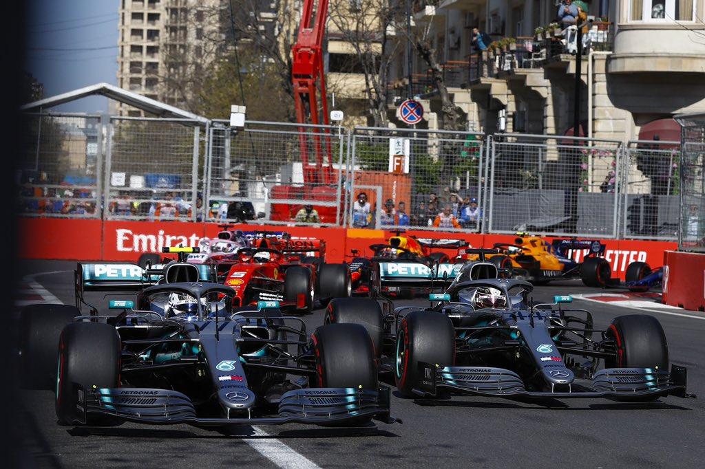 Гонщики Mercedes сражаются за победу на гран-при Азербайджана 2019 года