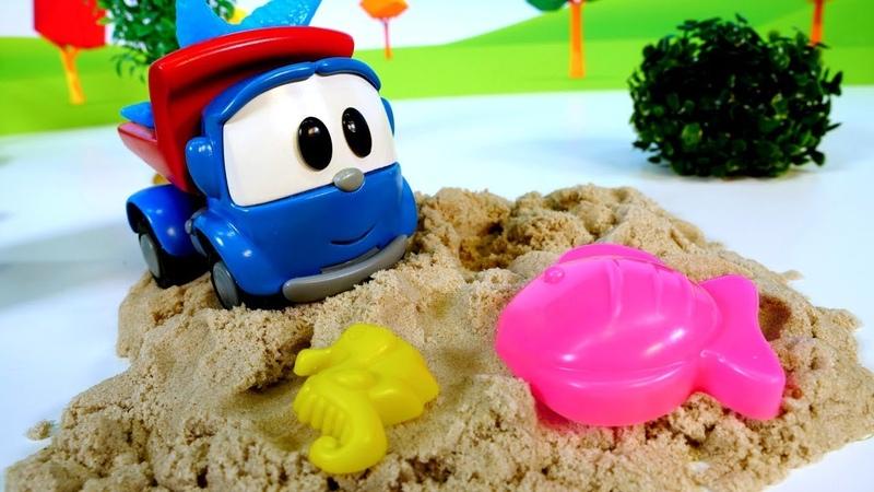 Bebek videosu. Yardımcı araçlar kum havuzunda.