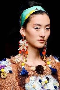 Модные серьги В новом сезоне 2013 мировые дизайнеры призывают обратить внимание на массивные, крупные и яркие сережки...