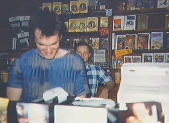 Фото Квентина Тарантино за работой в видеопрокате, Калифорния, 1980-е.