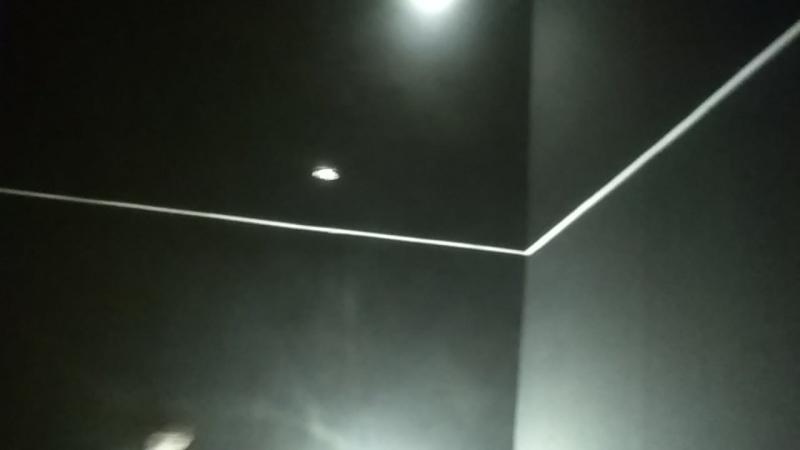 черный потолок обои и красная подсветка