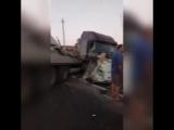 В Краснодарском крае пьяный сел за руль фуры, устроил дтп с джипом, а потом снес дом. В результате пострадали двое детей - пасс